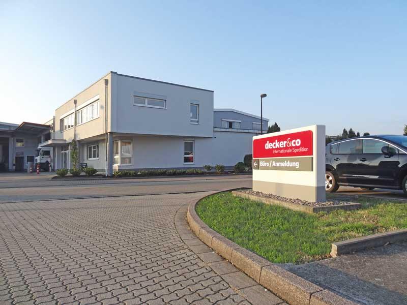 Decker & Co Verwaltungsgebäude und Werbeanlage